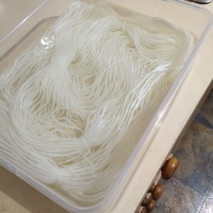 Yarn in vinegar, dyeing yarn, food dye